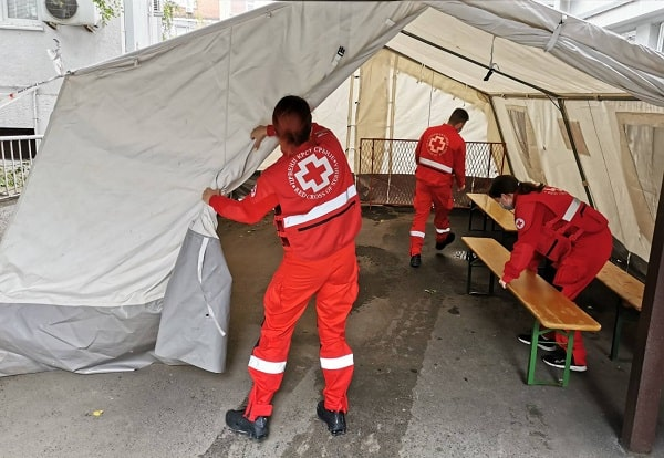 Members of the Serbia Red Crescent building an Emergency Response Unit.